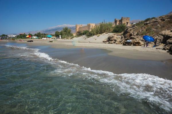 Frangokastello stranden med Frangokastello slottet i baggrunden